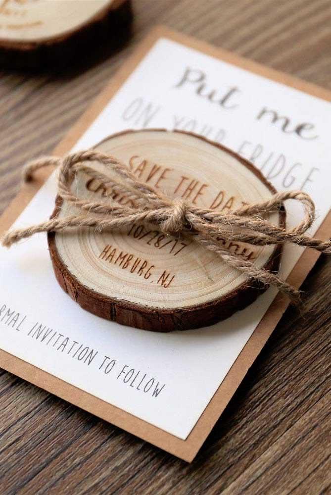 Lindo modelo de Save the date gravado na madeira