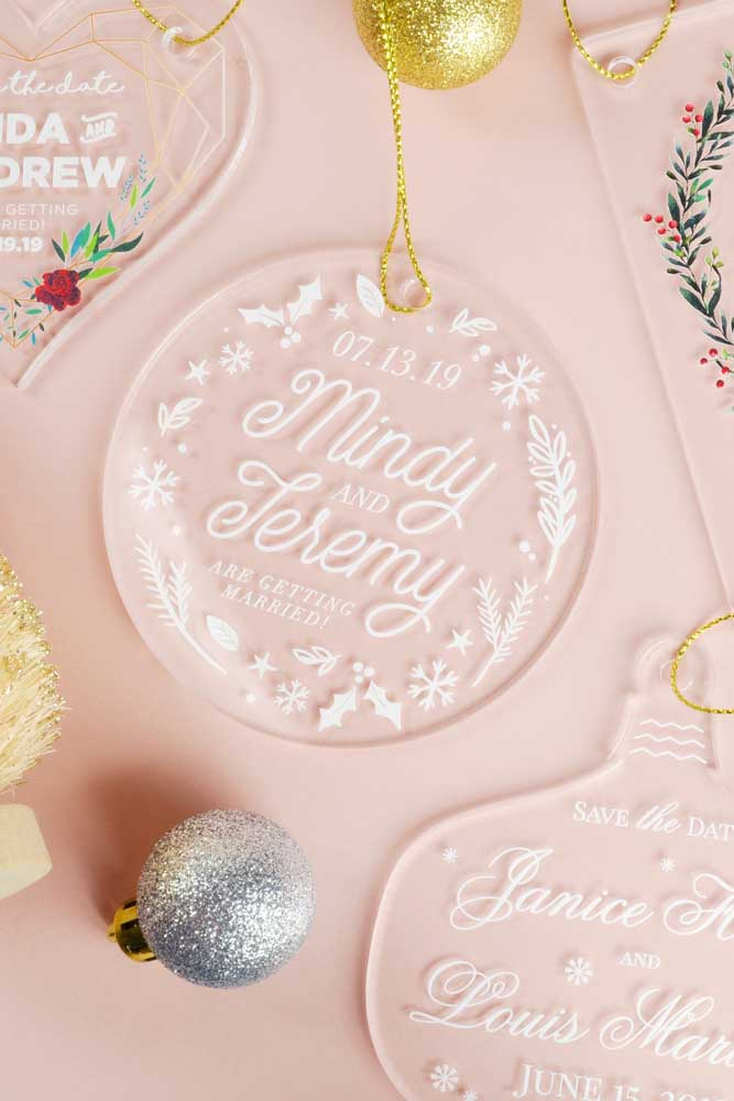Um Save the date com inspiração natalina. Os convidados decoram a casa e ainda se lembram da data do casamento