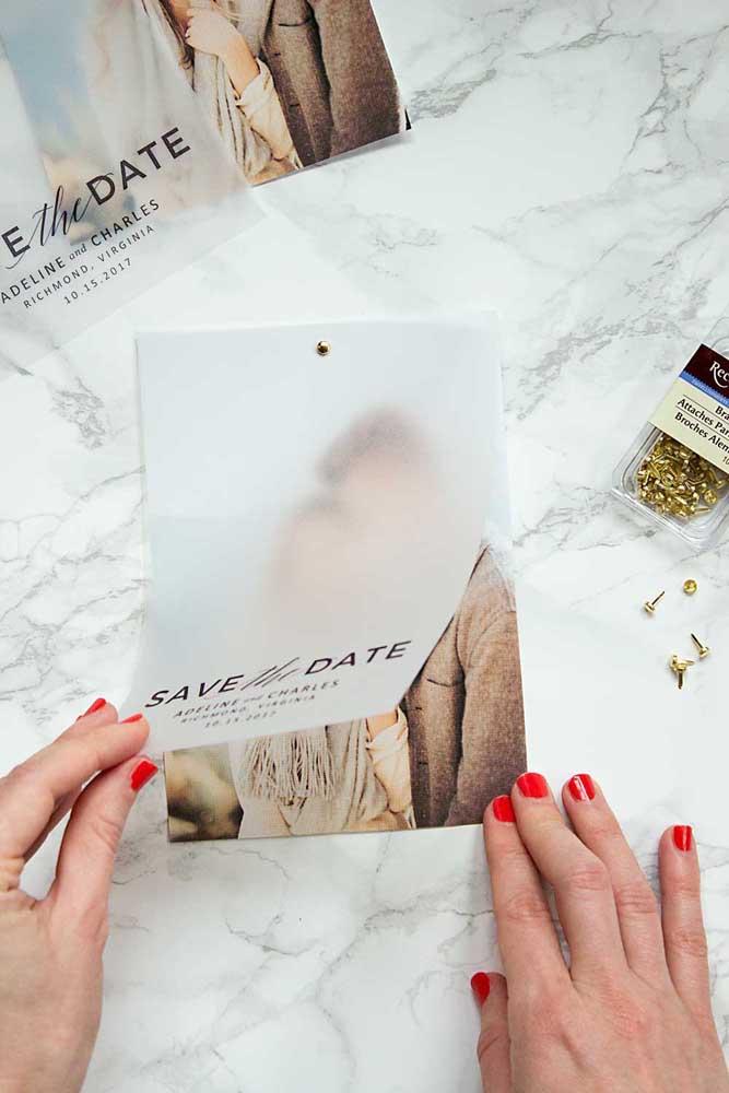 Olha que ideia bonita para Save the date: a foto dos noivos foi discretamente tampada pela folha de papel manteiga