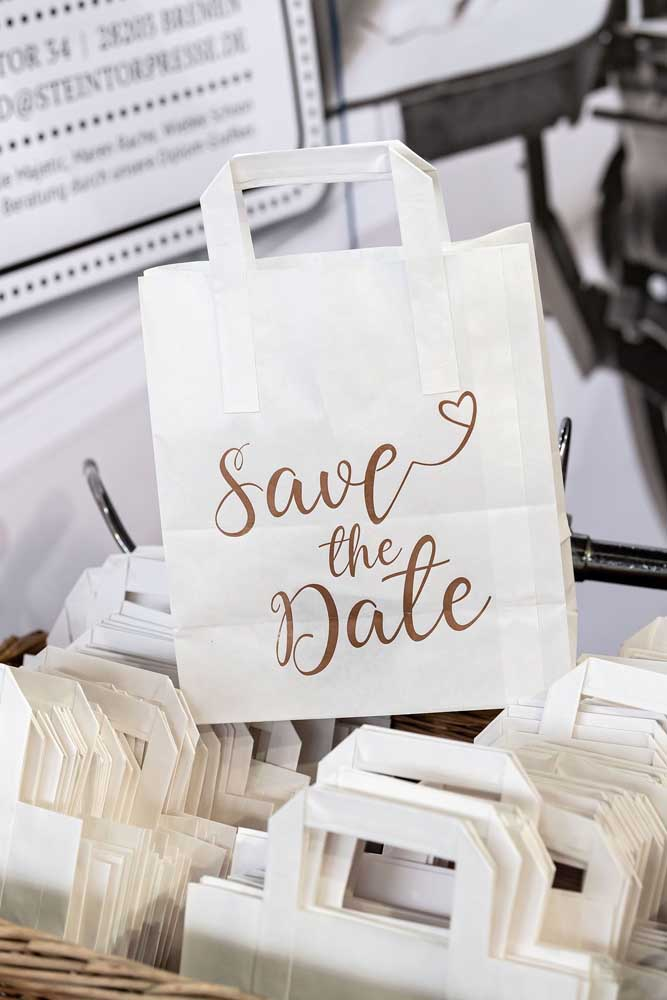 Que tal uma sacola para o Save the date? Uma ideia criativa e original