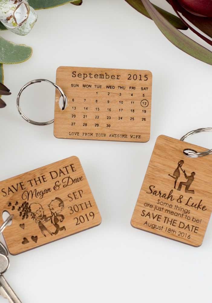 Um Save the date bem útil por aqui: chaveiros. Os convidados vão amar, usar e, claro, se lembrar todos os dias da data do casamento