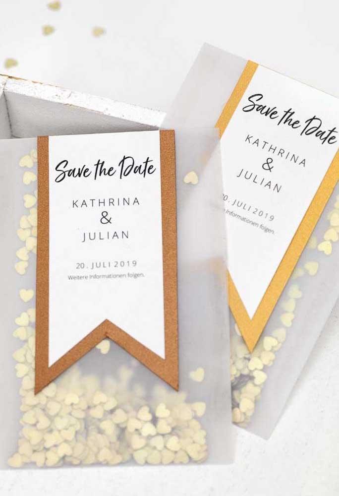 """Já nessa outra ideia, o Save the date acompanha um saquinho com confetes de coração. Os convidados já sabem o que jogar nos noivos depois do """"sim"""""""