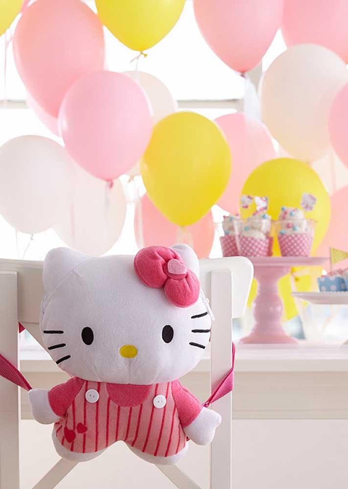 Coloque bonecas nas cadeiras para complementar a decoração Hello Kitty.