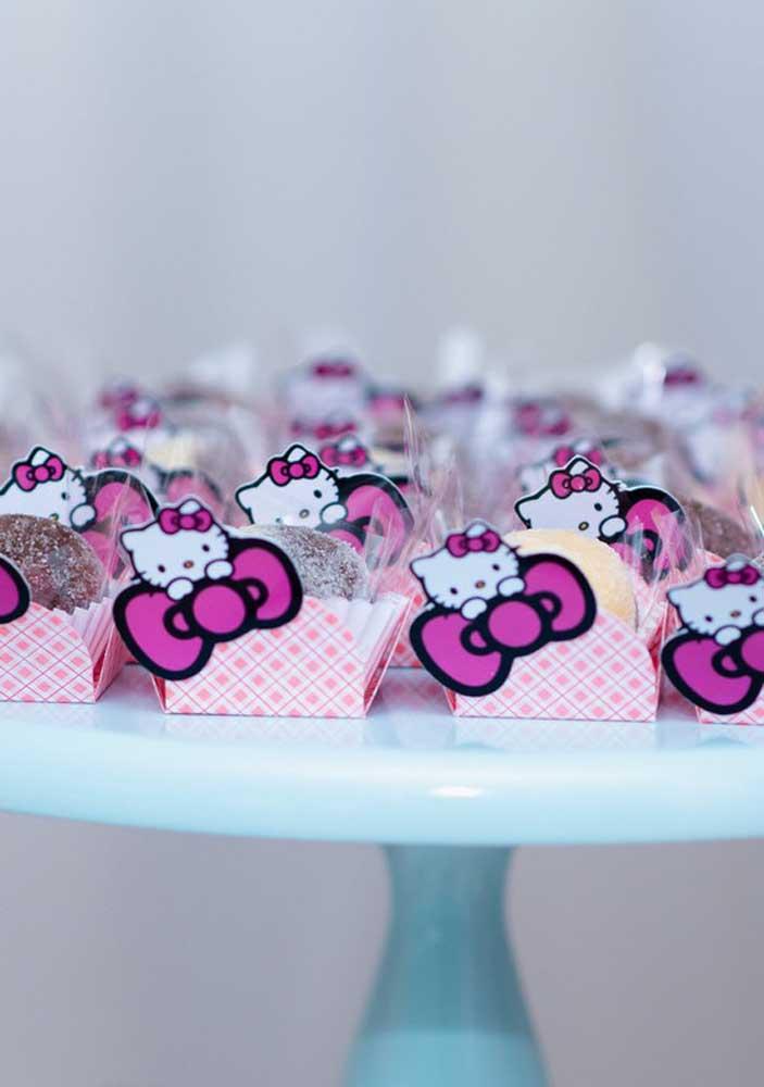 Caixinhas personalizadas para colocar os docinhos da festa Hello Kitty.