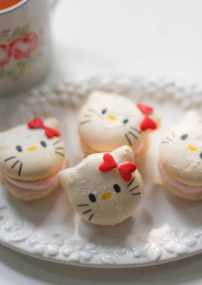 Os macarons ganham vida com o formato da carinha da Hello Kitty.