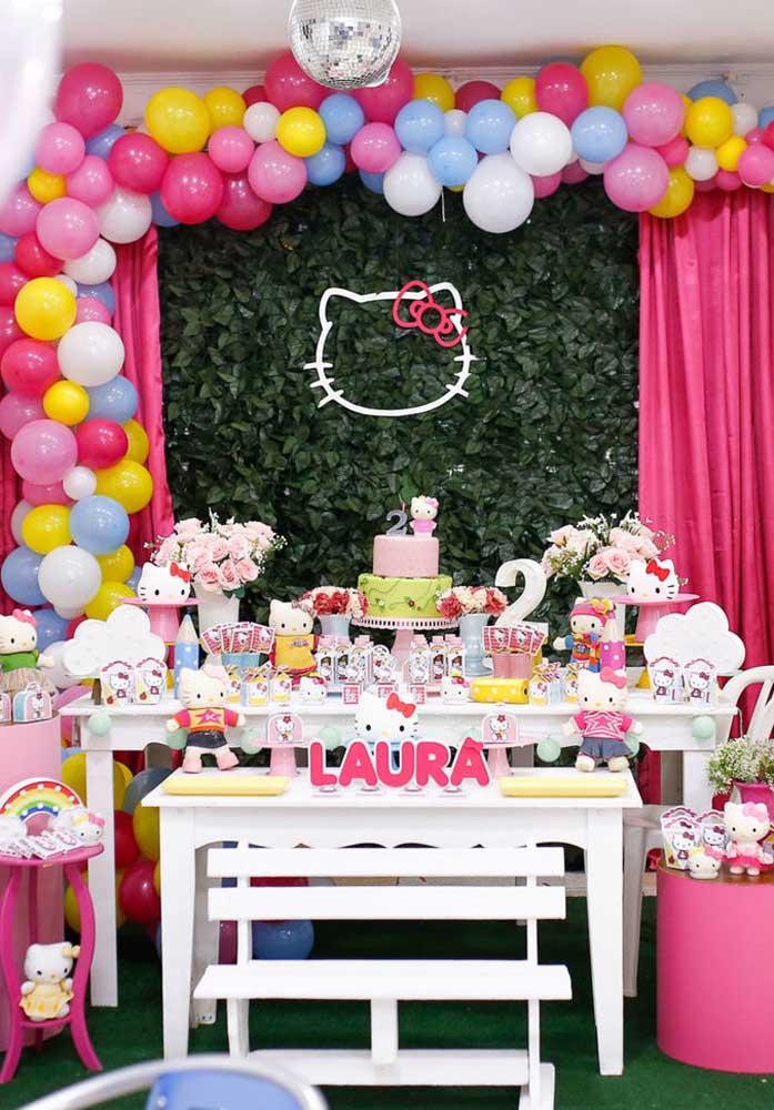 Aposte em balões coloridos para fazer uma decoração diferenciada.