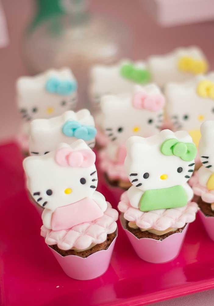 Coloque algumas bonequinhas da Hello Kitty no topo dos cupcakes.