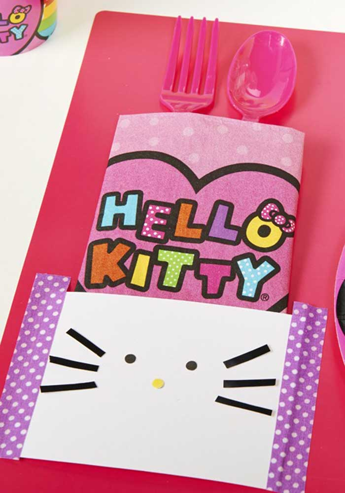 Você pode fazer uma decoração simples na mesa da Hello Kitty.