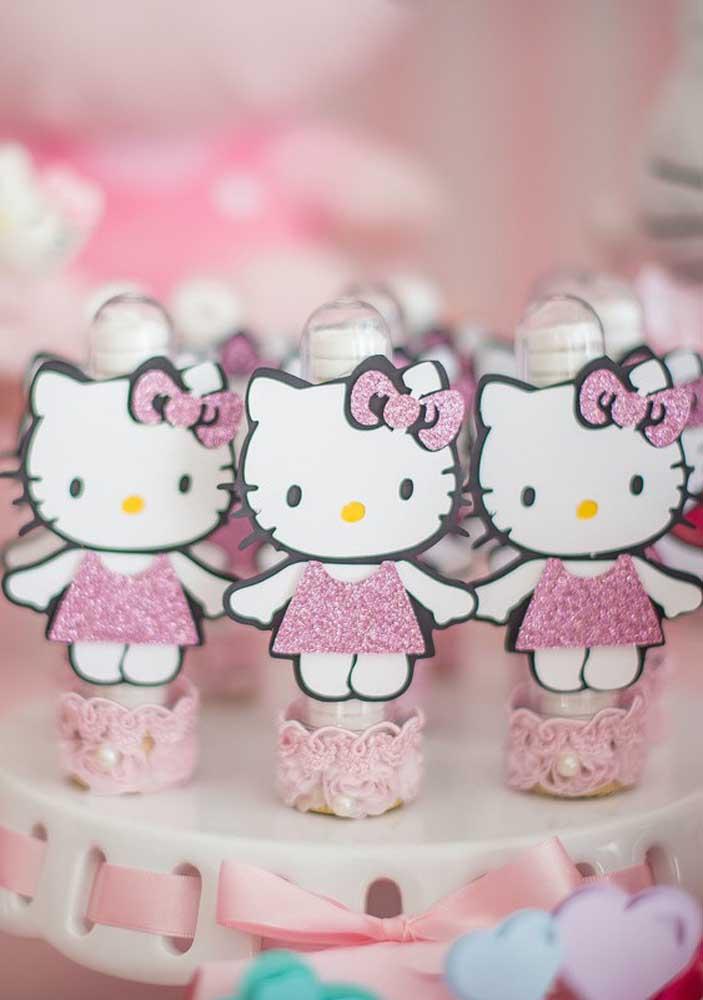 Dá para personalizar os tubetes de guloseimas com a Hello Kitty.