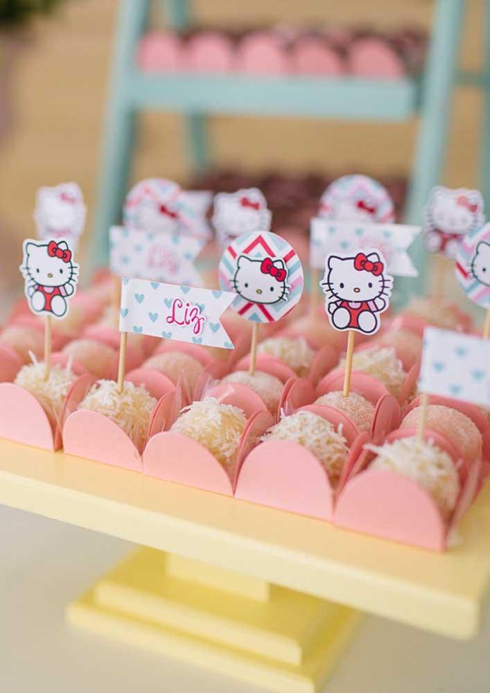 Misture plaquinhas com o nome da aniversariante e com a figura da Hello Kitty.