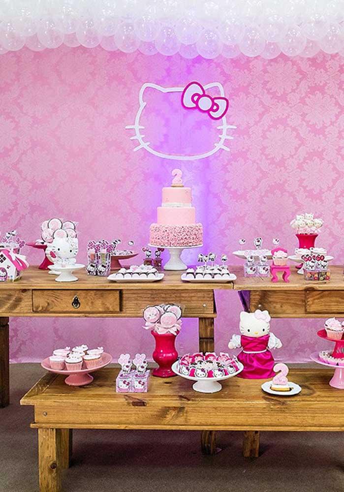Capriche na hora de fazer o bolo Hello Kitty e na decoração da mesa de aniversário.