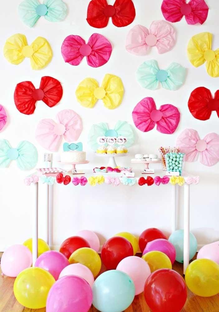 Combine balões com laços coloridos para fazer uma decoração simples da Hello Kitty.