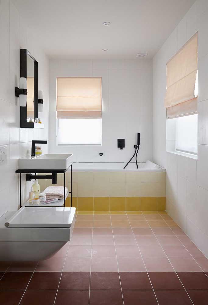 A tinta para azulejo deixou esse banheiro branquinho. No piso, a tinta também pode ser usada. Aqui, por exemplo, ela forma um lindo degradê