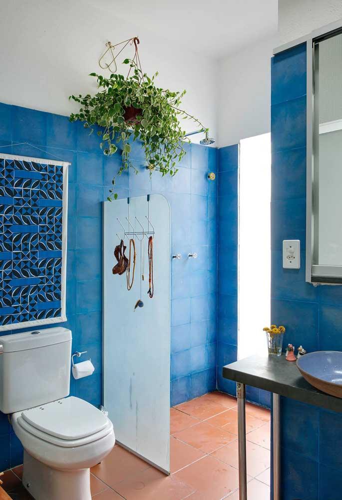 O banheiro antigo foi renovado com a tinta para azulejo. Uma ótima sugestão para quem mora de aluguel e não pode fazer grandes intervenções