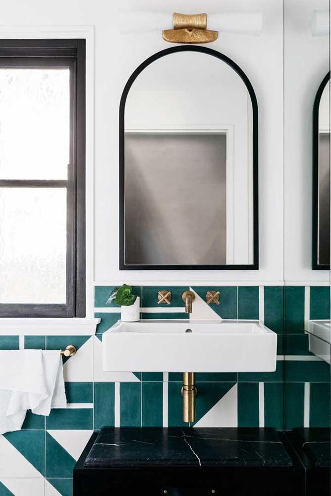Combinação elegante e moderna entre a tinta para azulejo e as louças e metais do banheiro