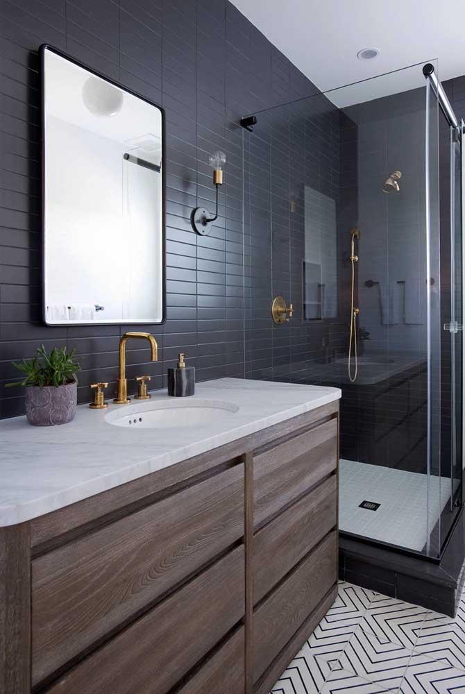 Tinta preta por todo o azulejo desse banheiro