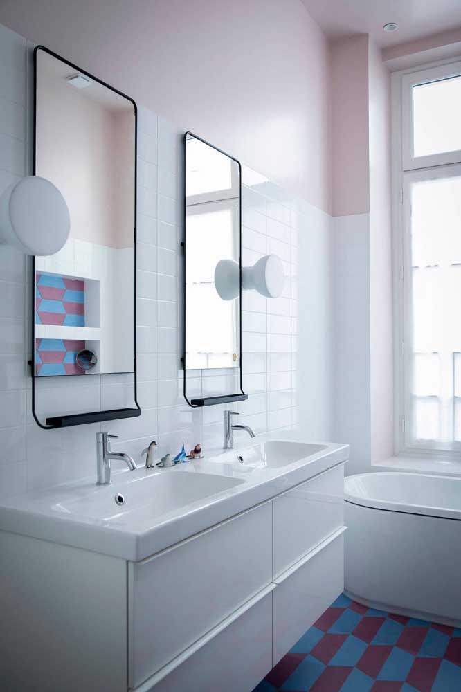 Para contrastar o colorido do piso, azulejos brancos