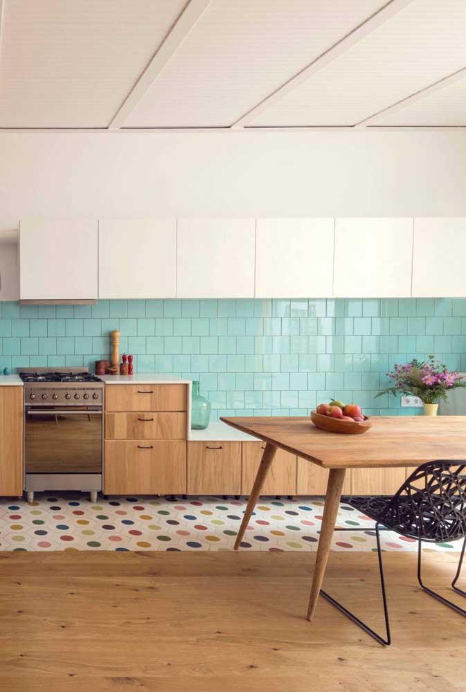 O toque retrô permanece na cozinha, o que muda mesmo é a cor do azulejo
