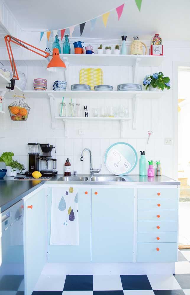 Azulejos pintados de branco para uma cozinha clean e iluminada