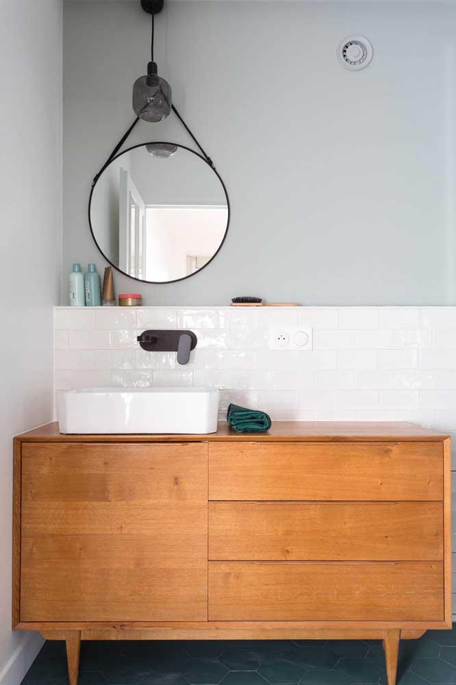 Quer um banheiro moderno? Então aposte no branco e no cinza