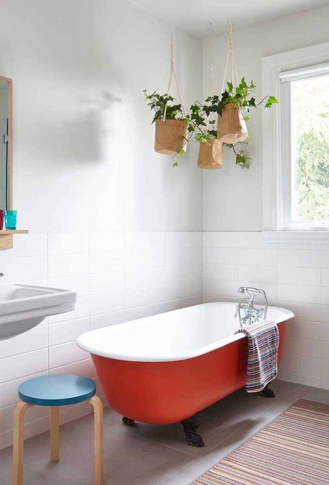 Banheiro renovado com tinta para azulejo branca