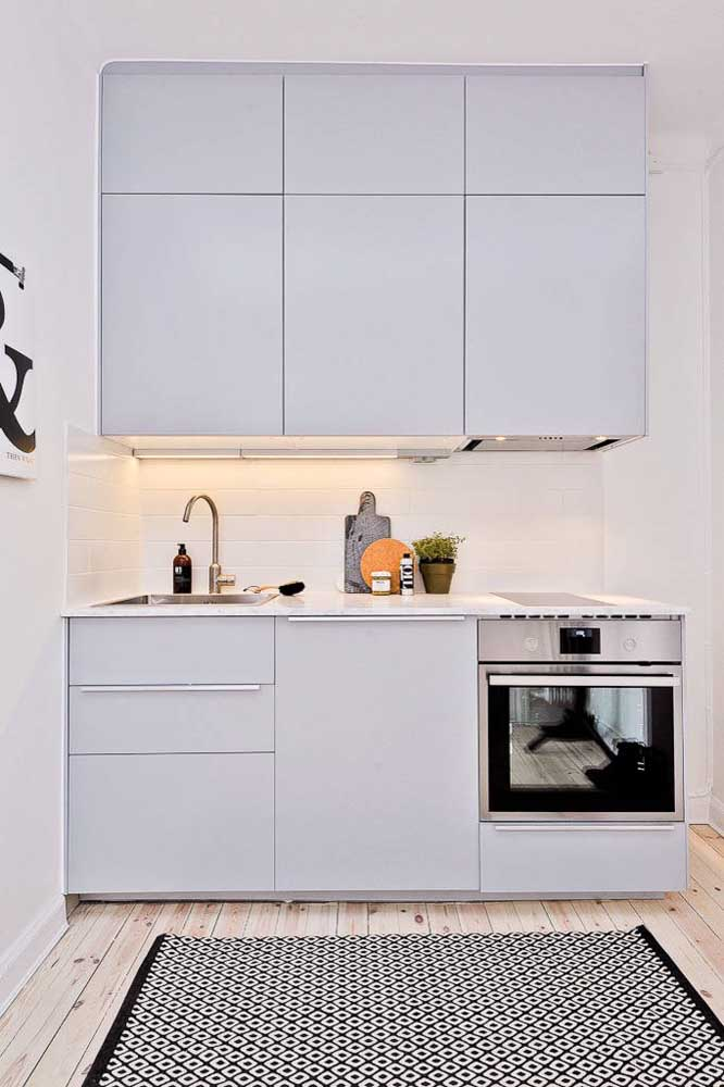 Faixa de azulejos brancos para modernizar a cozinha