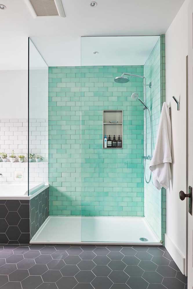 Tinta epóxi azul esverdeado para lembrar que ali é a área do banho