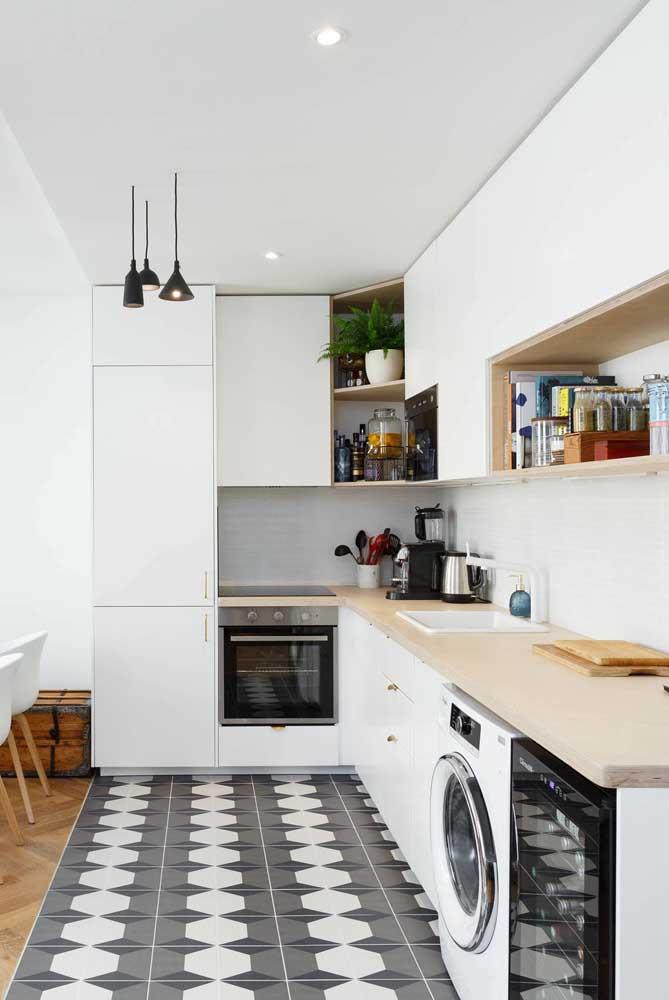 Aqui, a tinta para azulejo ajuda a demarcar a cozinha