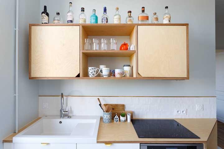 """Uma boa dica aqui: mantenha apenas a faixa de azulejos sobre a pia da cozinha. No restante da parede, aplique massa acrílica e tinta epóxi para """"sumir"""" com os azulejos"""