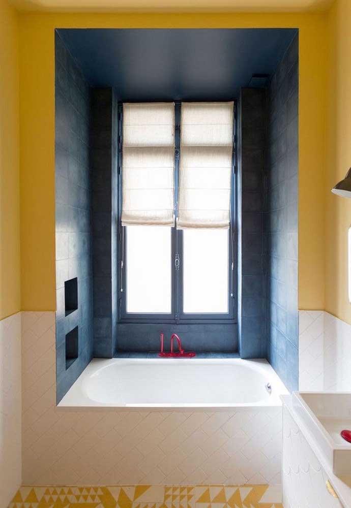A área do banho foi renovada com a tinta para azulejo azul