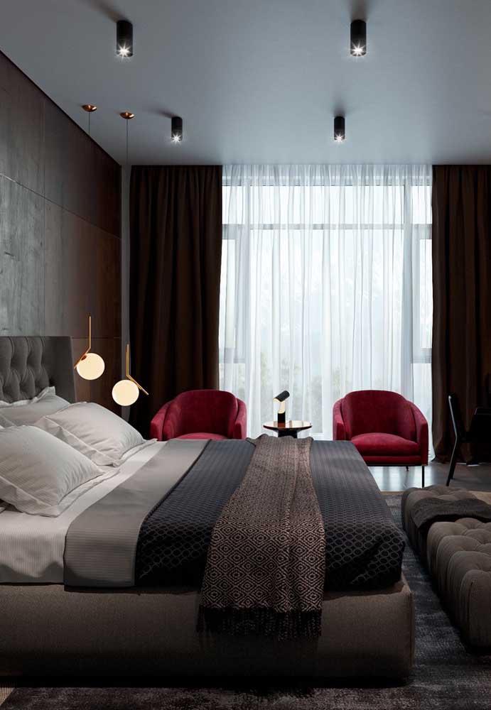 """O quarto sofisticado do casal ganhou uma dupla de poltronas vermelhas para """"acender"""" a decoração"""