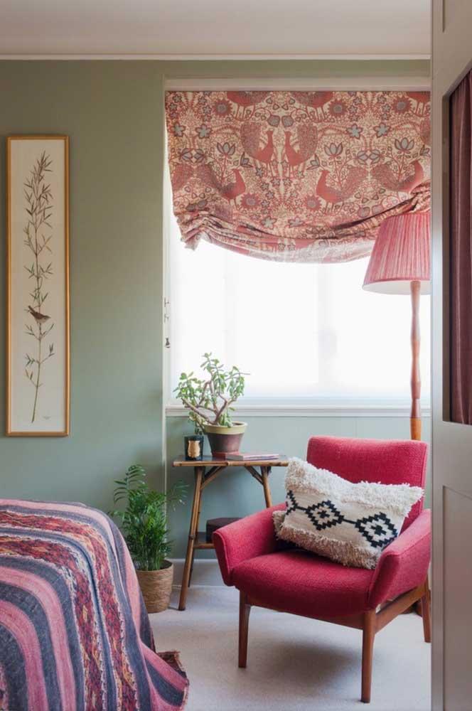 Nesse quarto de casal boho, a poltrona vermelha conversa com todos os demais elementos da decor, da cortina ao cobre leito
