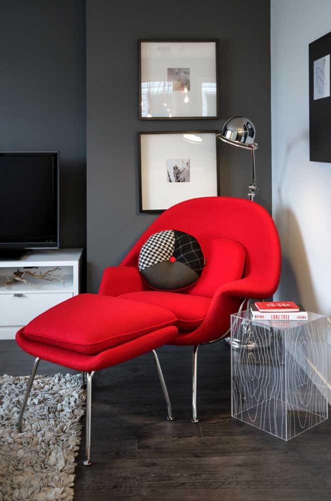 Quer uma decoração de arrasar? Então essa poltrona vermelha é o modelo ideal para você