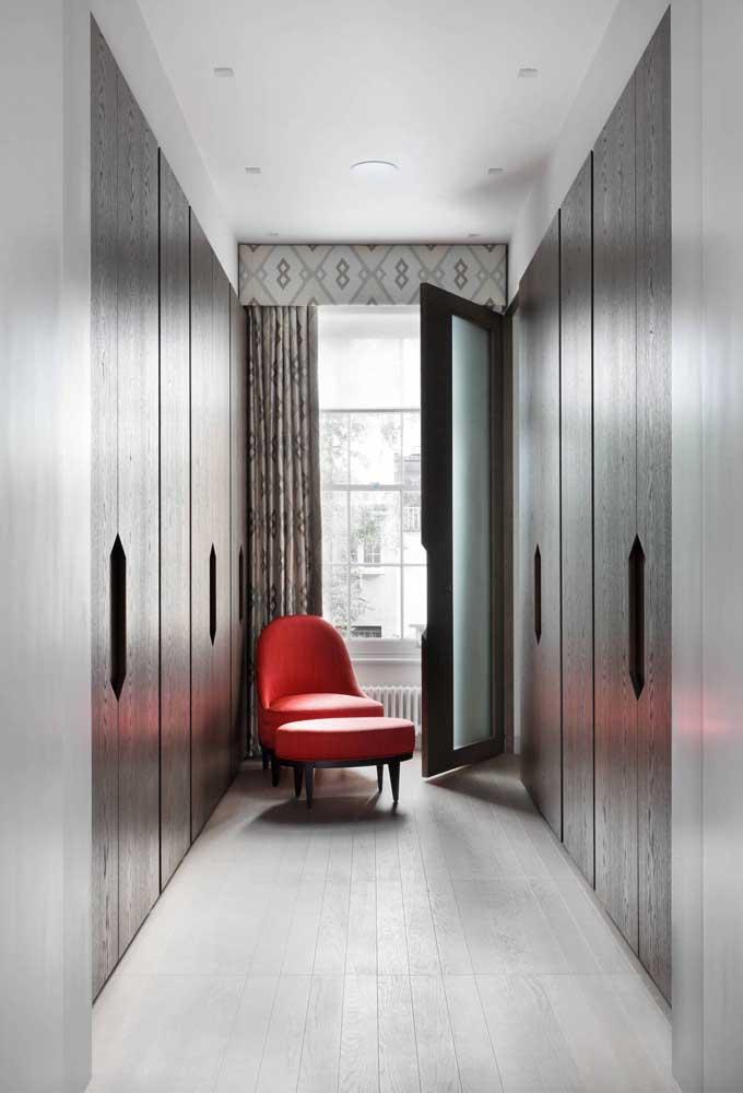 Poltrona vermelha no corredor, já pensou nessa possibilidade?