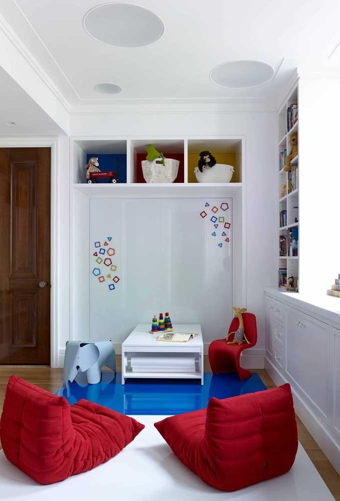 Poltronas vermelhas em estilo futton para o quarto infantil. Mais confortável do que isso, impossível!