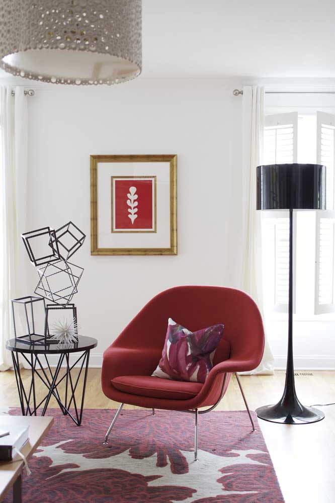 Poltrona vermelha redonda para sala de estar. Repare nos detalhes que se harmonizam diretamente com a peça