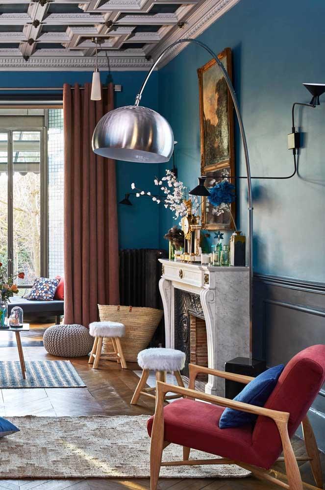 Nesse ambiente contemporâneo e cheio de personalidade, a poltrona vermelha reforça a estética da decoração