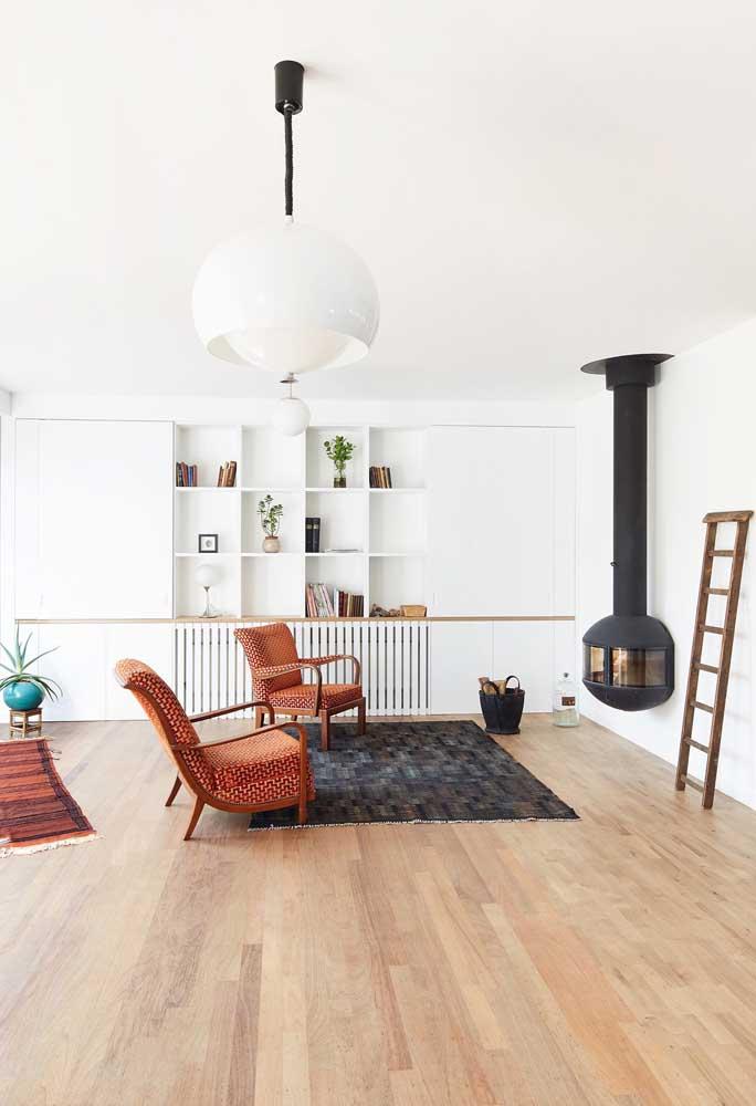 A poltrona vermelha estampada também é uma ótima pedida para decorações de sala rústica