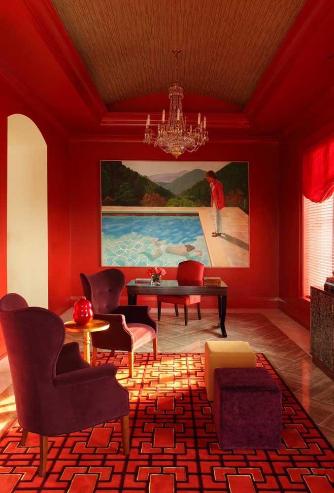 E falando em ambientes de impacto, o que acha dessa sala? As poltronas vermelhas aparecem em dois tons diferentes