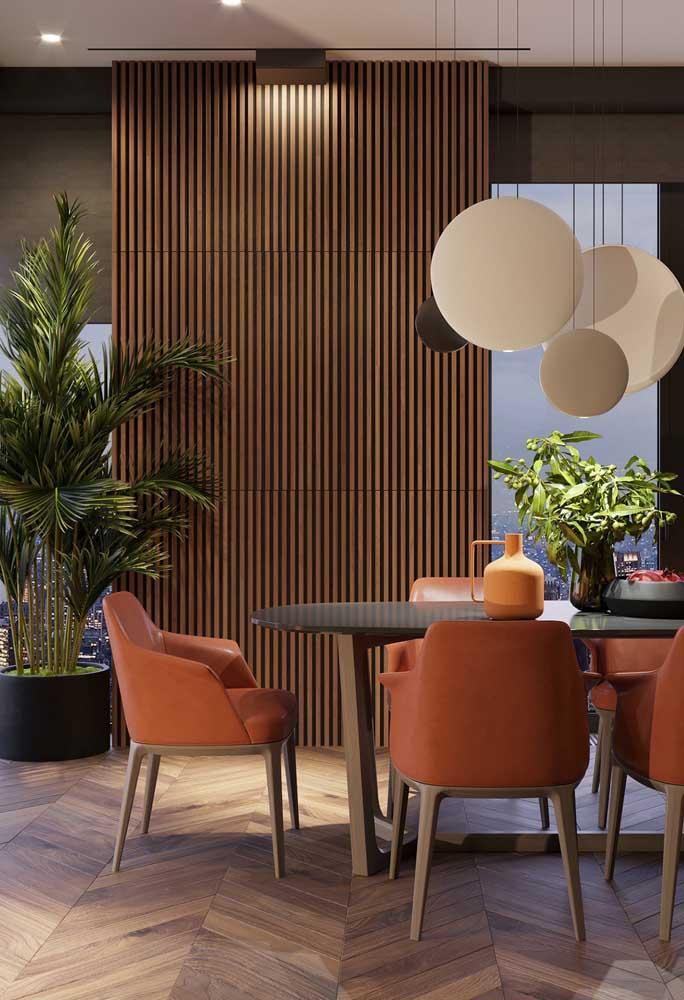 E se ao invés de cadeiras, você usar poltronas vermelhas na mesa de jantar?