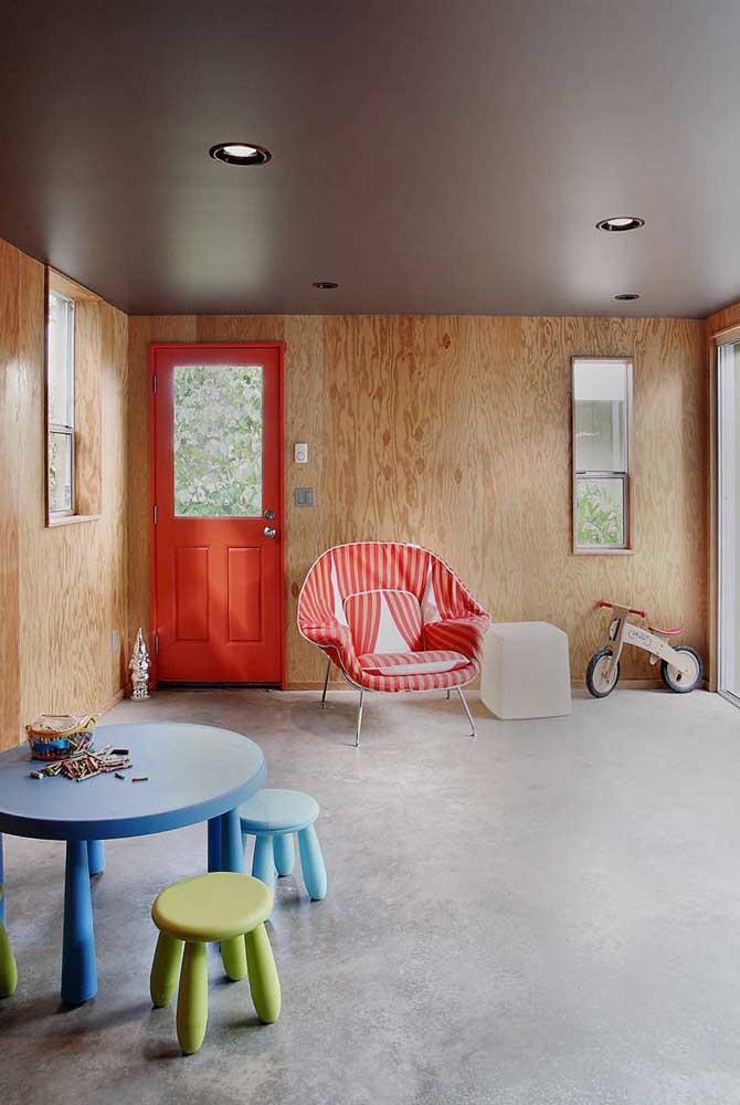 Nesse outro quarto infantil, a poltrona vermelha também reina absoluta