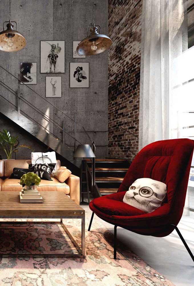 Sala de estar contemporânea com poltrona vermelha de veludo. Um lindo e harmonioso contraste!