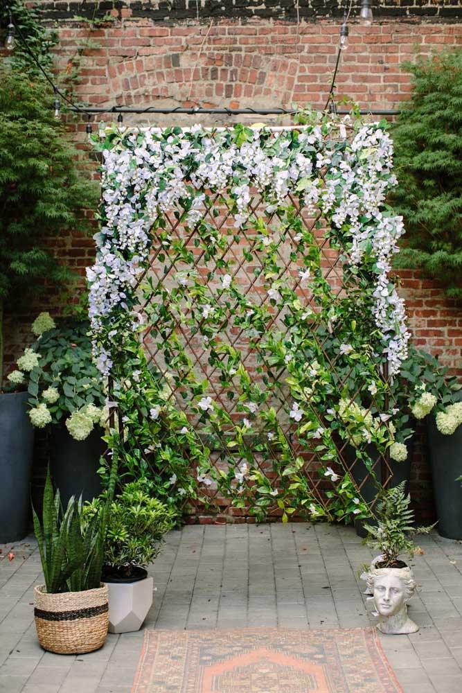 Aqui, a treliça dá conta de segurar as folhas e flores do muro inglês. Repare que não houve a necessidade de cobrir toda a estrutura
