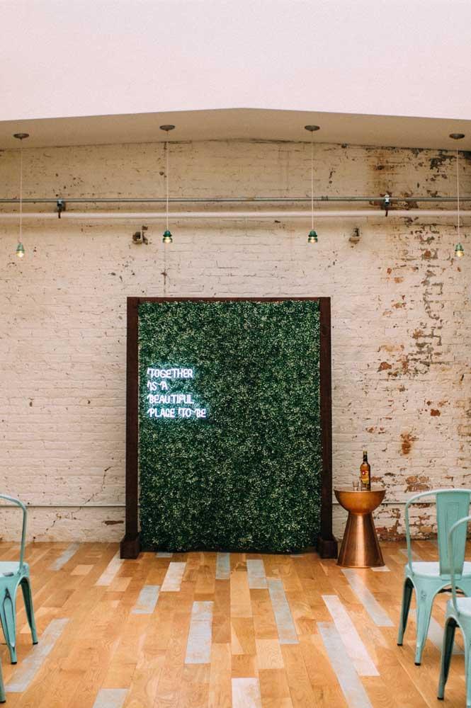 Muro inglês simples com estrutura de madeira e decoração com letreiro de LED