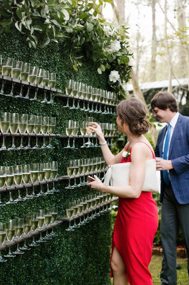 Olha que ideia criativa! Sirva champanhe para os seus convidados no muro inglês