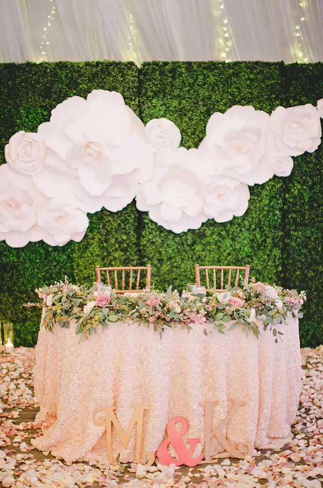 E o que acha de decorar o muro inglês com flores gigantes de papel? Um arraso!