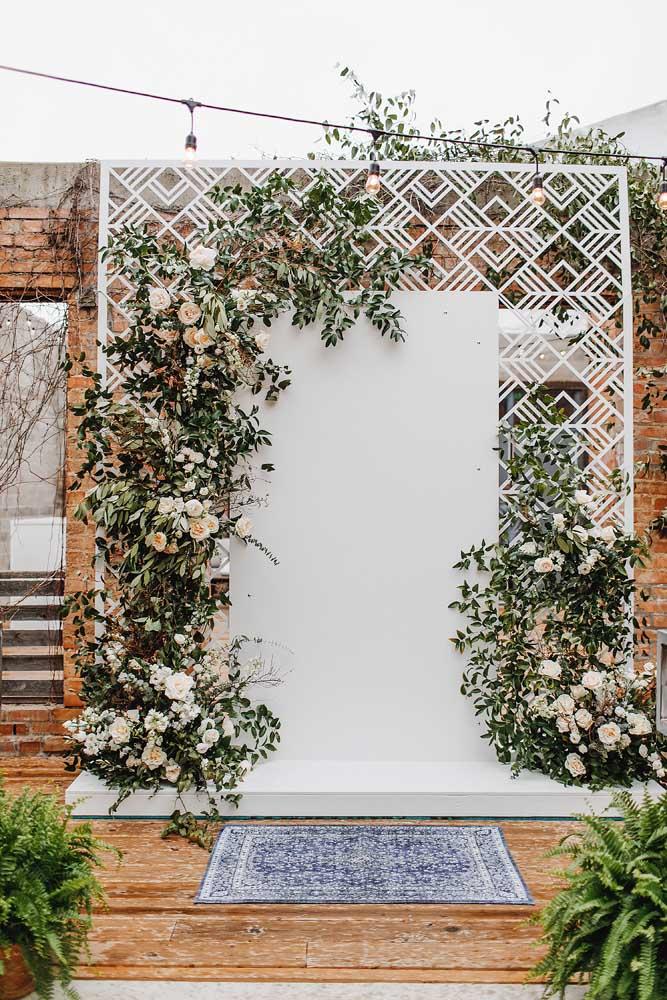 Muro inglês para realizar a cerimônia do casamento. Aqui, as flores são indispensáveis
