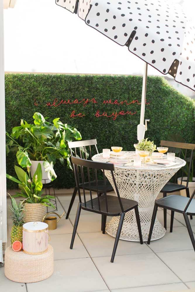 Inspiração de muro inglês para decoração da casa. Aqui, ele aparece na área externa decorado pelo letreiro de LED