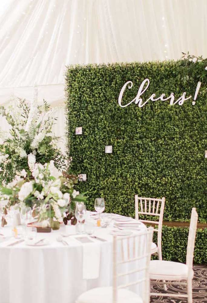 Muro inglês natural para festa de casamento. A planta escolhida foi a trepadeira unha de gato
