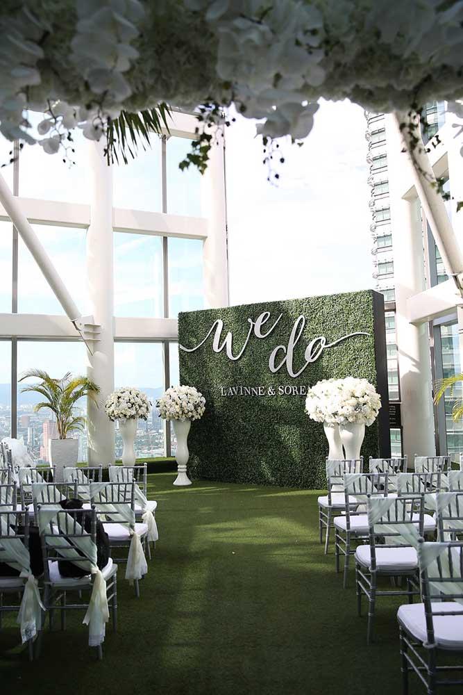 Elegantérrimo esse muro inglês para festa de casamento. O nome dos noivos se destaca no meio das folhagens